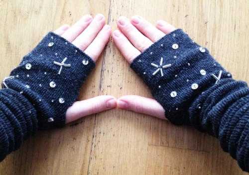 diy-mittens-with-star-space-pattern-1-500x353